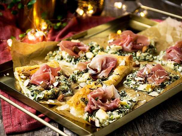 Smördegssnittar med grönkål, ädelost och serrano