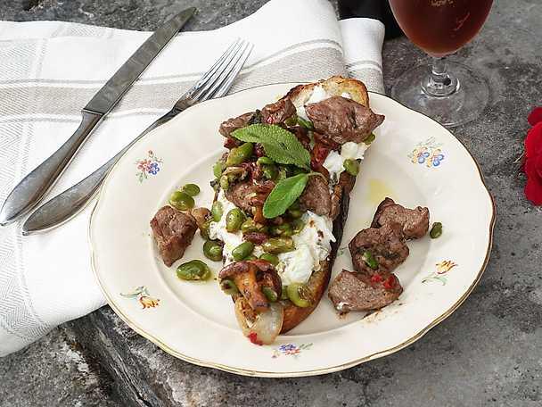 Smörgås med gotländskt lamm, kantareller och krämig kålsallad