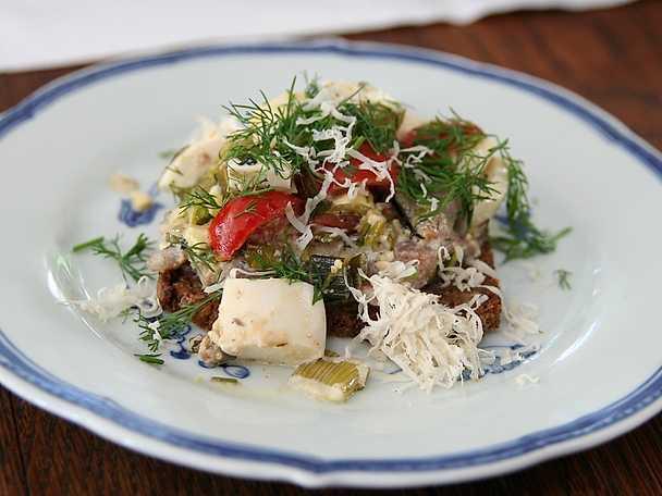 Smörrebröd med matjessill, tomat, ägg och pepparrot