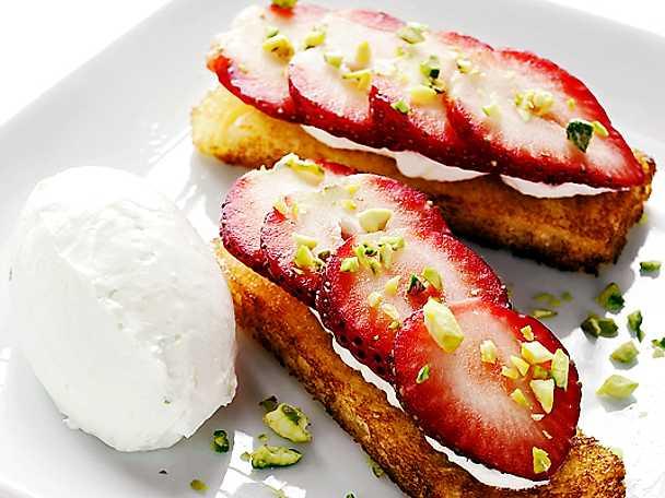 Smörstekt brioche med mascarpone, jordgubbar och rostade pistagnötter