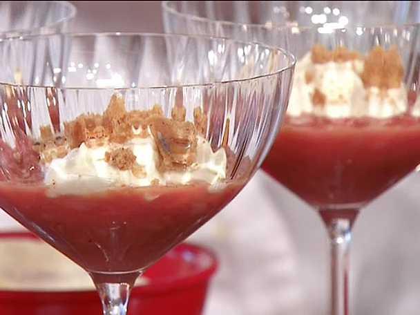 Smörstekt kryddig rabarber med mörk rom och lavendelsnittar
