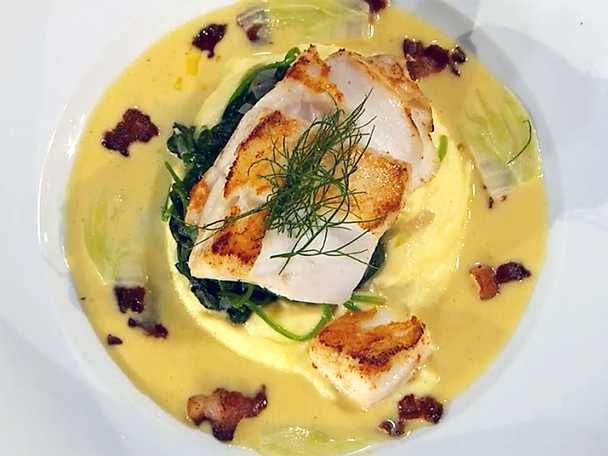 Smörstekt torskrygg med potatispuré, fänkålsflarn, bacon och vitvinssås