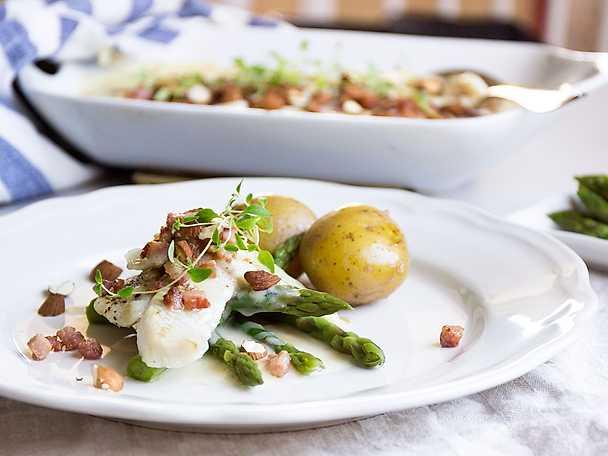 Snabb fiskgratäng med bacon och rostade mandlar