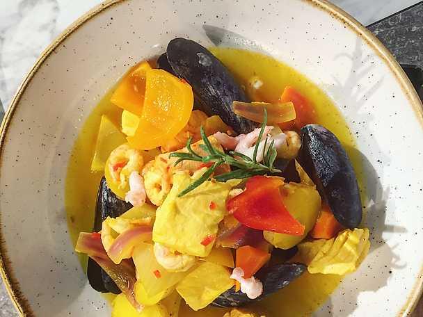 Snabb fiskgryta smaksatt med apelsin, saffran och chili samt aioli