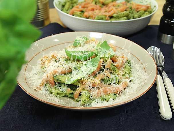 Snabb pasta med gravad lax och pesto