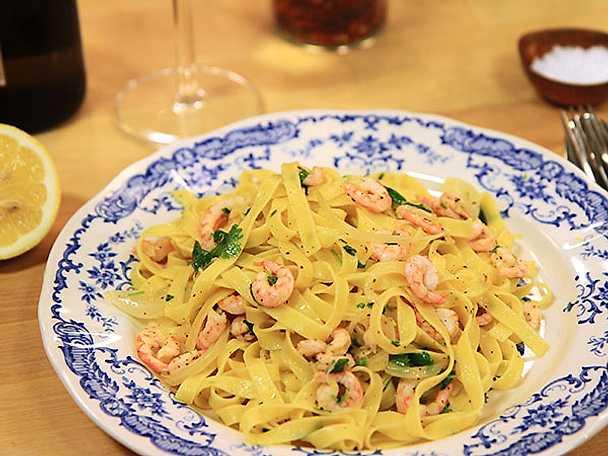 Snabb pasta med räkor och citron
