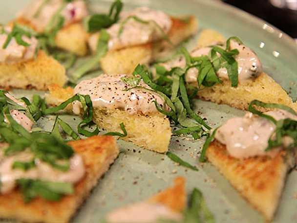 Snabb tonfiskmousse på smörstekt toast