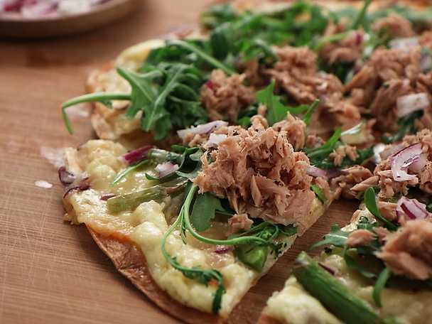 Snabb tonfiskpizza med sparris och västerbottensost