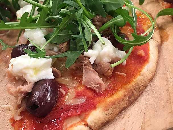 Snabb vardagspizza med tonfisk, mozzarella och oliver