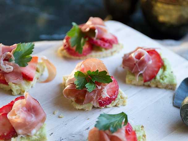 Snabba snittar med jordgubb och lufttorkad skinka