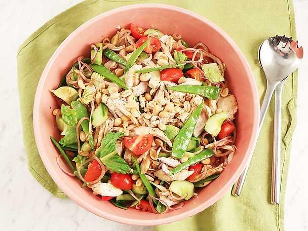 Snabblagad kycklingsallad med avokado och jordnötter