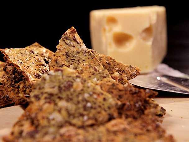 Snabbt knäckebröd med hasselnötter