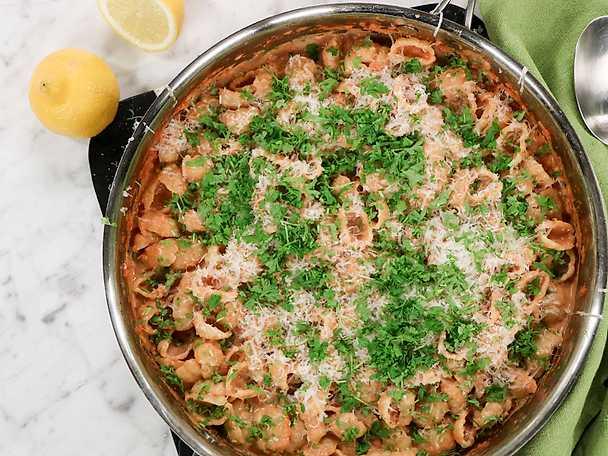 Snäckpasta med tonfiskcrème och tomatsås