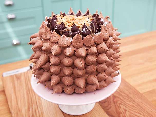 Snickerstårta med jordnötter och nutellafrosting