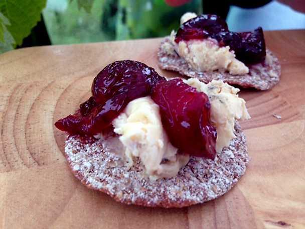 Snittar med ädelost och körsbär