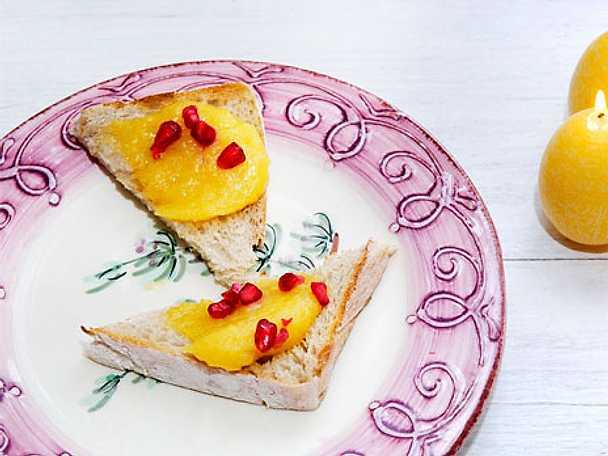 Snittar med lemon curd och granatäpple