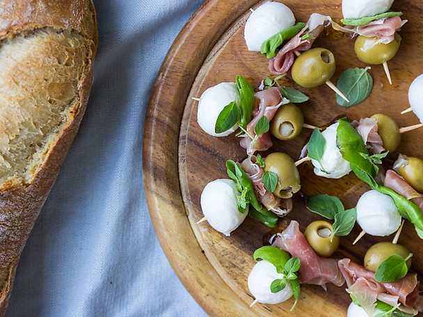 Snittar med oliver, mozzarella och prosciutto