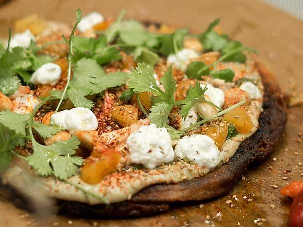 Socca med auberginecaviar, grön sås och getost NY