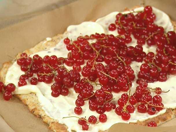 Sockerfri marängtårta med röda eller svarta vinbär