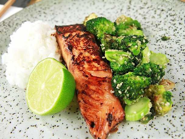 Sojamarinerad lax med sesambroccoli