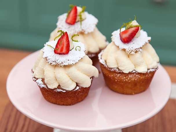 Sommarbakelse med lemon curd, vaniljgrädde och jordgubbar