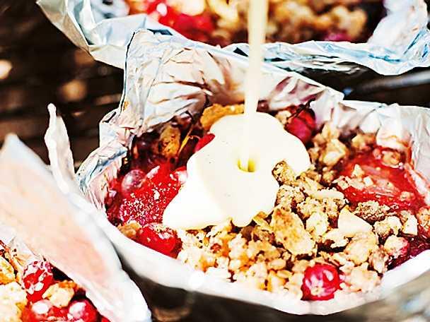 Sommarbär i smulpaj med choklad