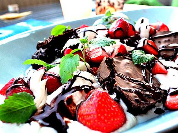 Sommardessert med lyxig chokladkaka