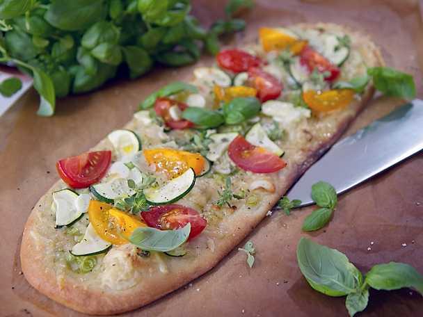 Sommarflarn med grönsaker, örter och lagrad ost