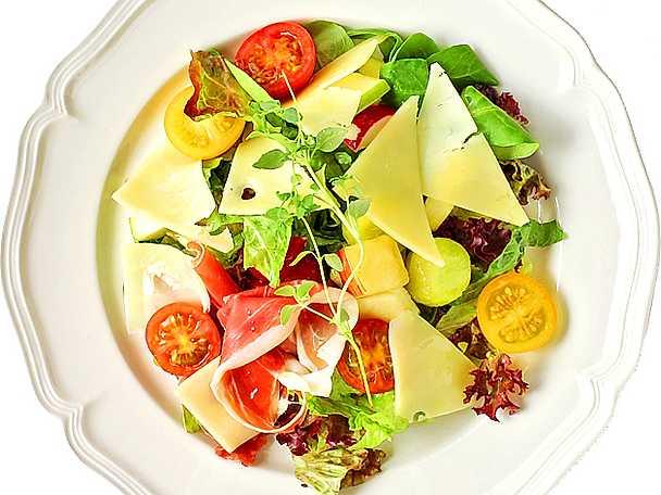 Sommarsallad med melon, parmaskinka och ost