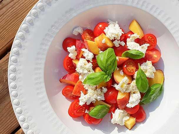 Sommarsallad med persika, tomat, mozzarella och ricotta