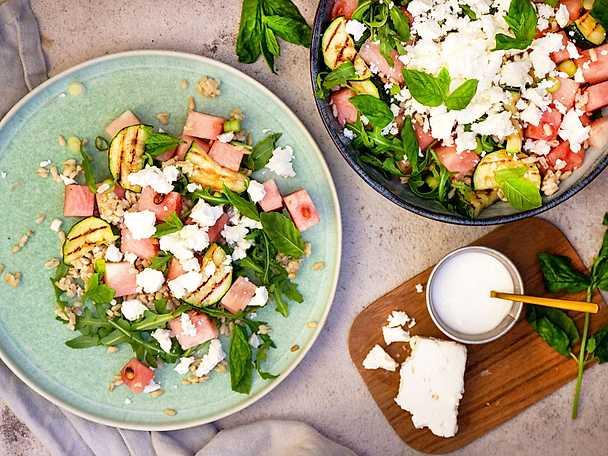 Sommarsallad med vattenmelon, havreris, fetaost och grillad zucchini