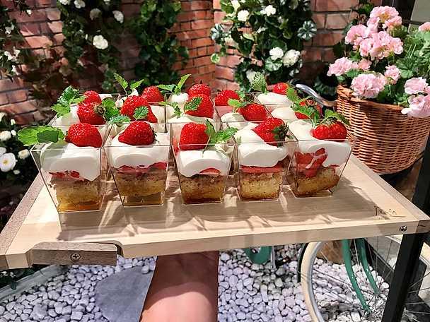 Sommartårta i glas med jordgubbar och brynt smör