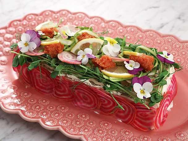 Somrig smörgåstårta med tonfisk och avokado
