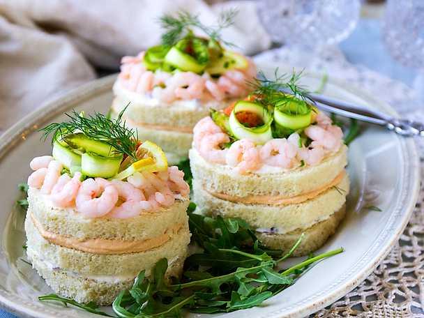 Somriga smörgåstårtor med tonfisk och räkor