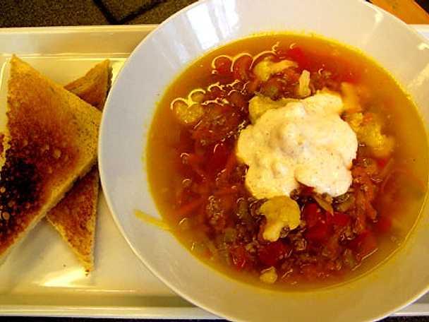 Soppa med lammfärs, blomkål och tomat