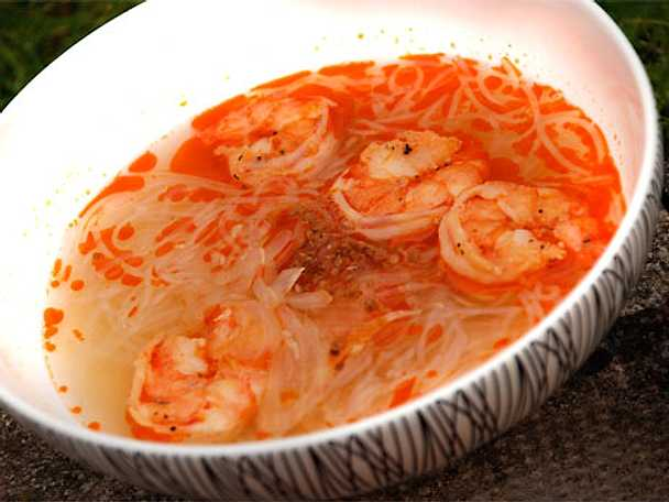 Soppa med scampi och glasnudlar