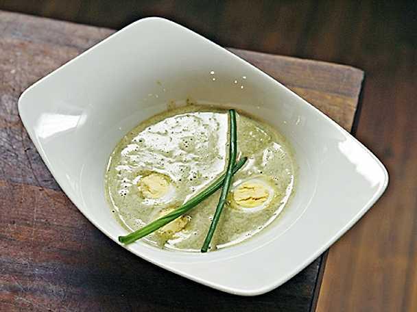 Soppa på ängssyra med vaktelägg