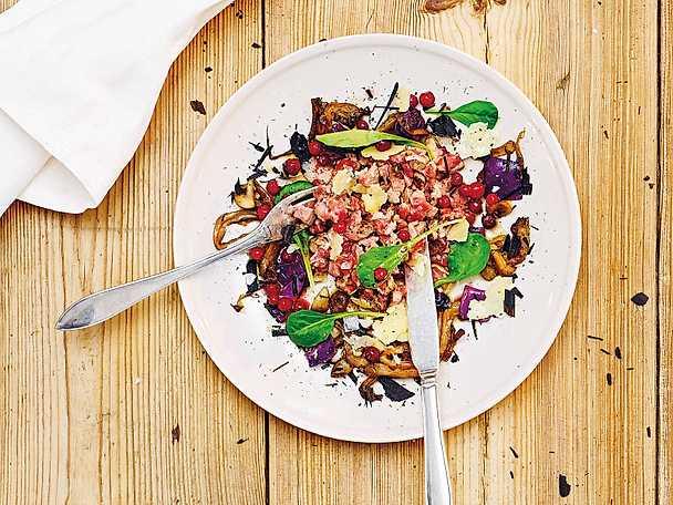 Sotad oxfilétartar med purjolöksaska, svamp, rödkål och lingon