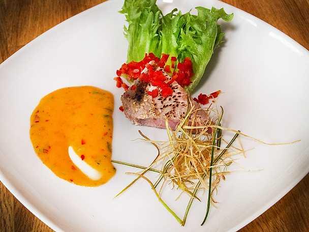 Sotad tonfisk med friterad purjolök och chilimajonnäs