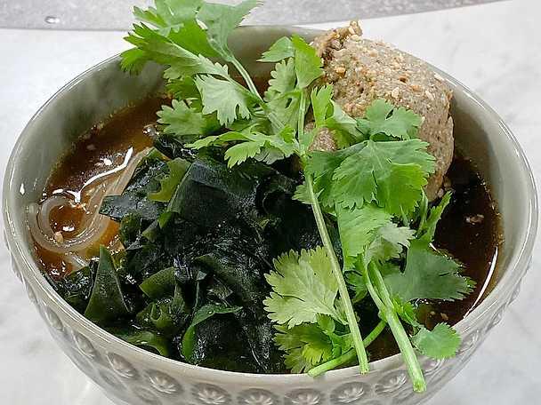 Sötpotatisnudlar i sjögräsbuljong med auberginequeneller