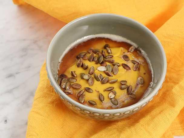 Sötpotatispuré med vanilj och rostade pumpakärnor