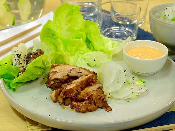 Sötstark koreansk kyckling i salladsblad