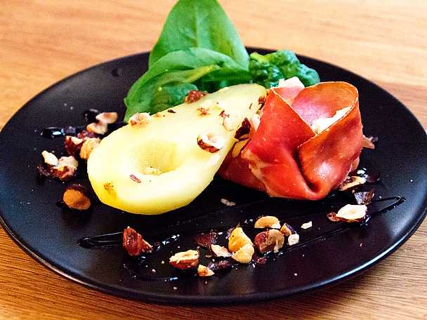 Sött päron med serranoskinka och fetaostcrème