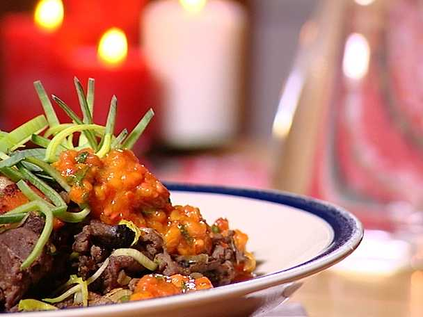 Souvaspanna med skogssvamp och mandelpotatis serveras med hjortronkompott