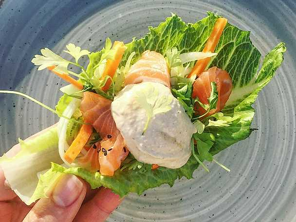 Soyamarinerad lax med råmarinerade grönsaker & sesamdressing