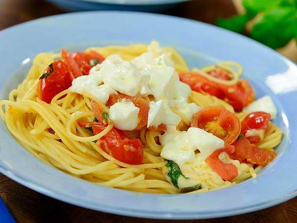 Spagetthini med mozzarella, tomat och basilika