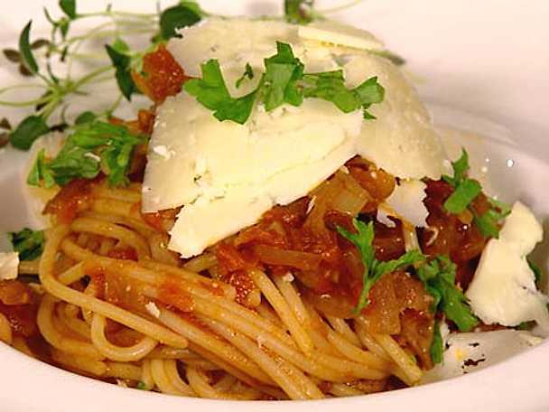 Spagetti med rödlökstomatsås