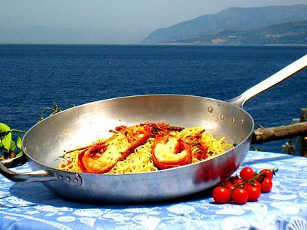 Spaghetti con aragosta e pomodorini