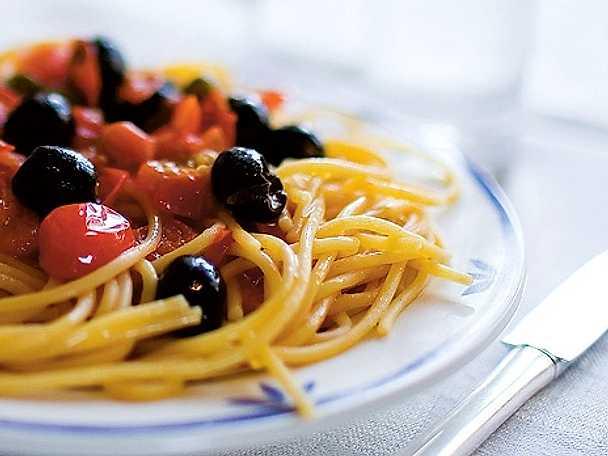 Spaghetti con salsa di pomodorini, acciughe, capperi ed olive - sardell och olivpasta