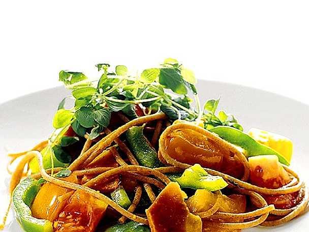 Spaghetti farro med skinka och färska tomater